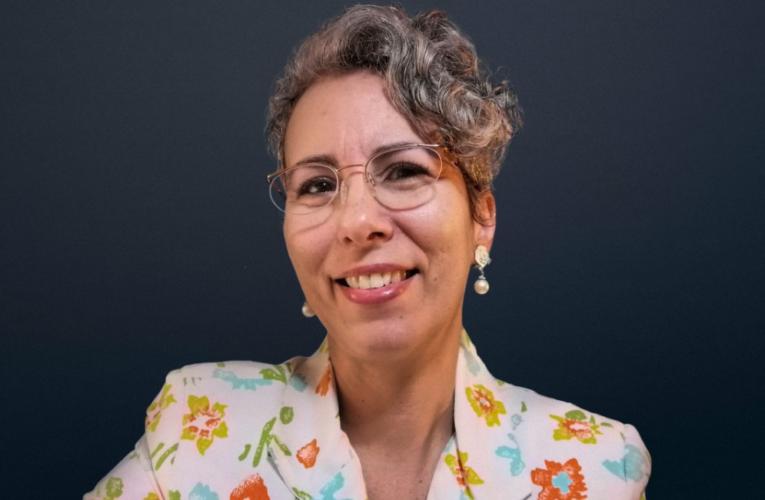 """Professora, poeta e apresentadora de """"lives"""""""