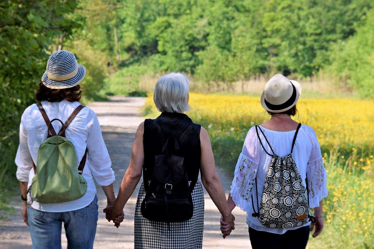 Normalmente, a menopausa acontece entre 45 e 55 anos sinalizando o fim do período fértil, e traz sintomas como suores, redução de energia, ansiedade