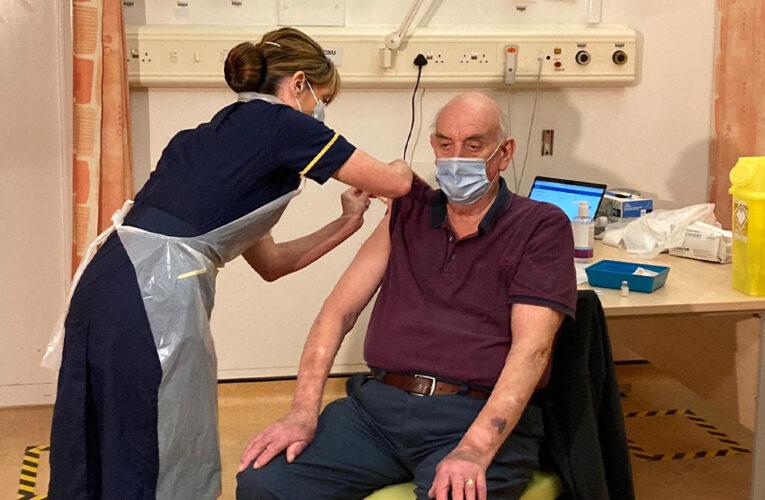 Um paciente em diálise foi o primeiro a receber a vacina Oxford no Reino Unido