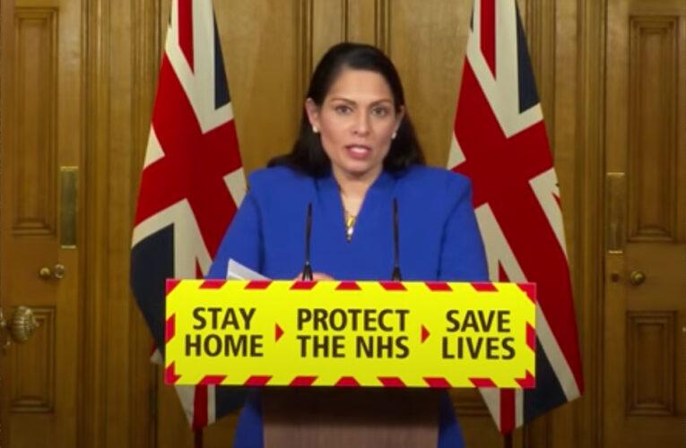 Priti Patel alertou que, se as regras do governo para o coronavírus não forem seguidas, haverá vigilância mais rígida