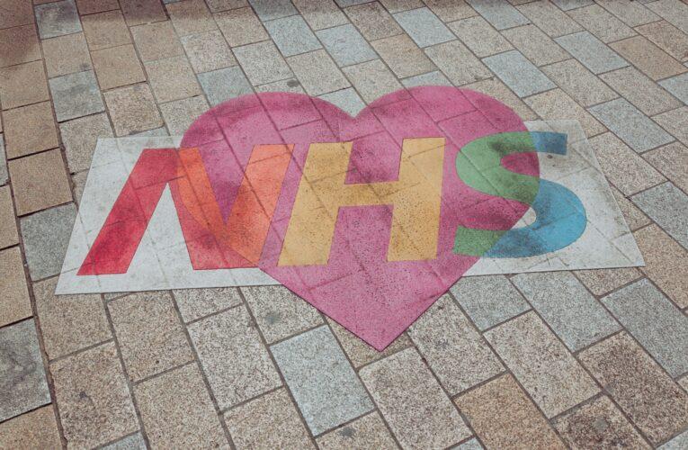 Oposição aponta cortes do governo como causa das longas esperas no NHS