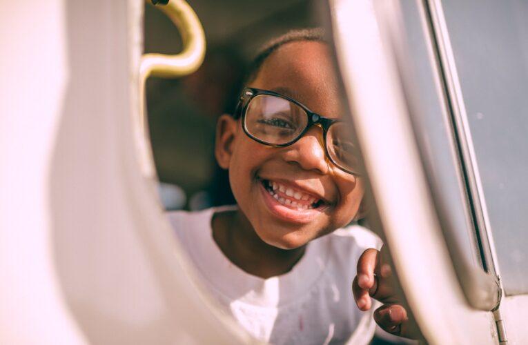 Escolas fornecerão óculos gratuitos para melhorar índices de alfabetização entre crianças