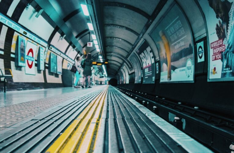 Trem de passageiros com oito carruagens descarrilou depois de ter atingido os amortecedores na estação Enfield Town
